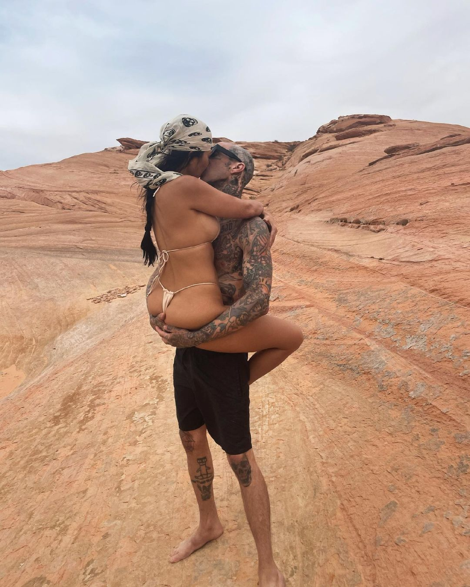 Žhavá fotka Kourtney Kardashian a Travise Barkera v poušti!